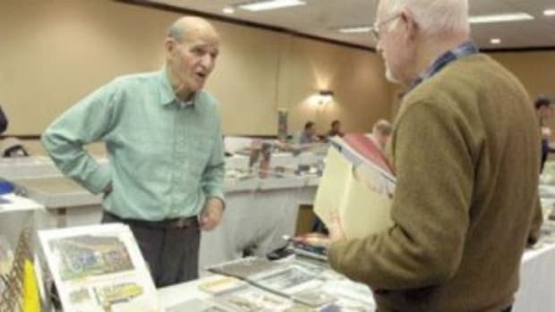 Frank Keetz, left, talking to Rudi Haerle at a recent card show.