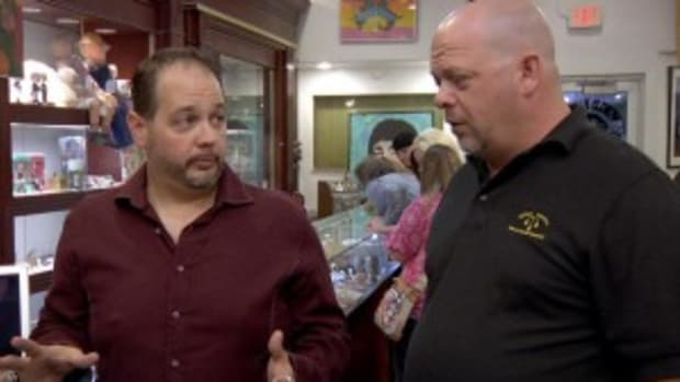 "PSA/DNA Principal Autograph Authenticator Steve Grad (seen here in discussion with Rick Harrison at a videotaping of ""Pawn Stars"") will meet with collectors and accept submissions at the June 2014 Long Beach Expo."