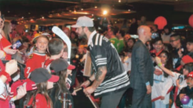 Brent Seabrook signs autographs for the large crowd. (Rick Firfer photos)
