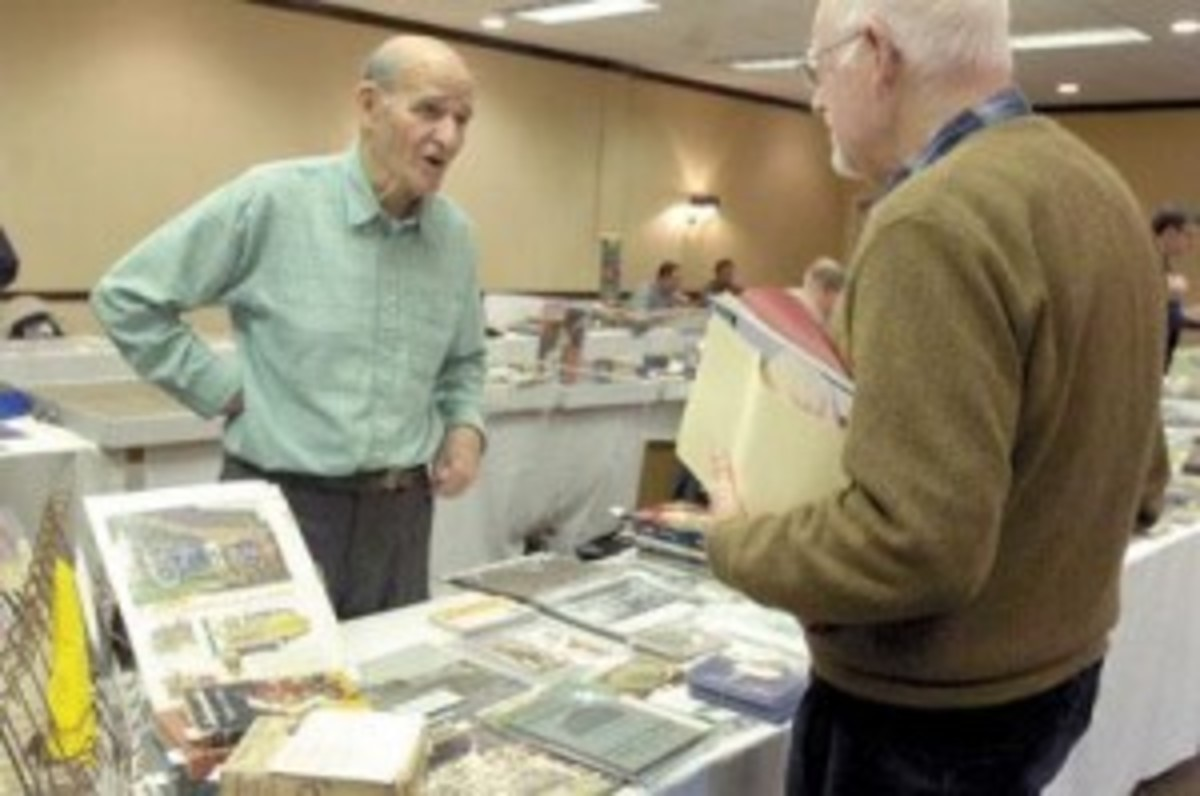 Frank Keetz, left, talking to Rudi Haerle at a recent card show.