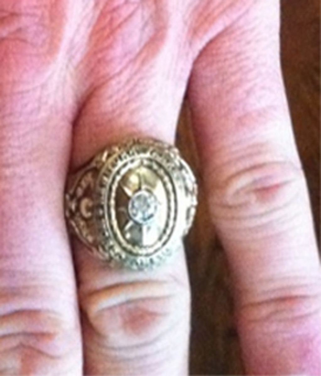 This photo was tweeted by Charlie Sheen. That's Sheen's fingers and his Babe Ruth 1927 Yankee ring.
