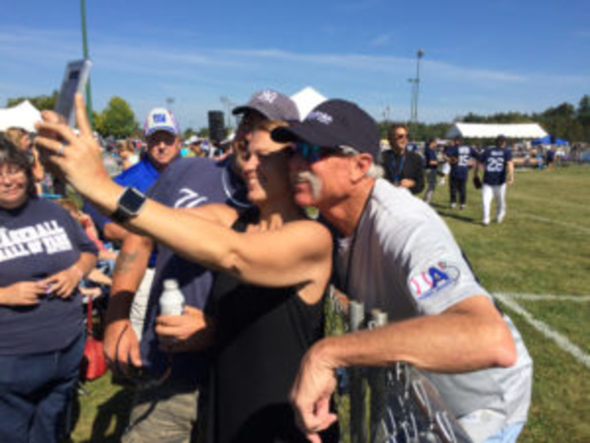 Goose Gossage takes time to pose for a selfie with a fan at the All-Star Sports Festival.