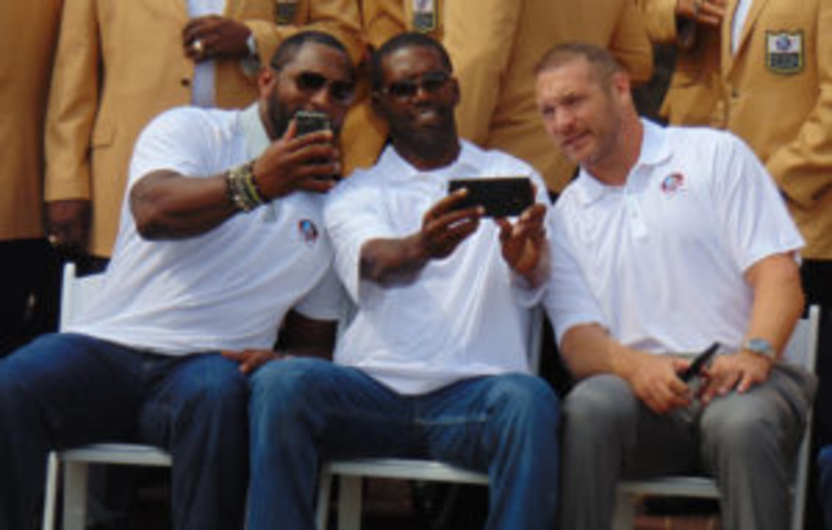 Ray Lewis (left) and Randy Moss (center) take selfies as Brian Urlacher (right) looks on. (Robert Kunz photo)