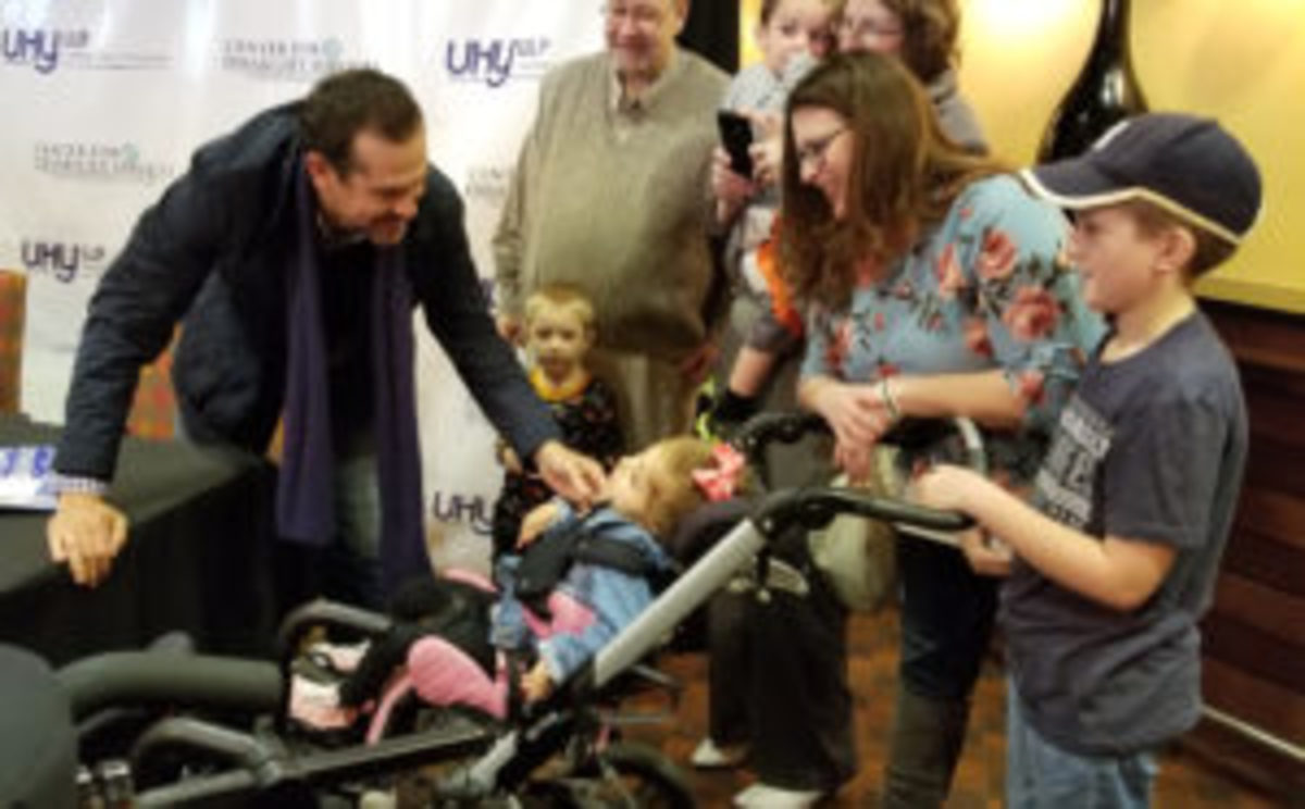 New York Yankees manager Aaron Boone (left) greets young children during a fundraiser to benefit the Center for Disabilities in Albany, N.Y. (Paul Post photo)