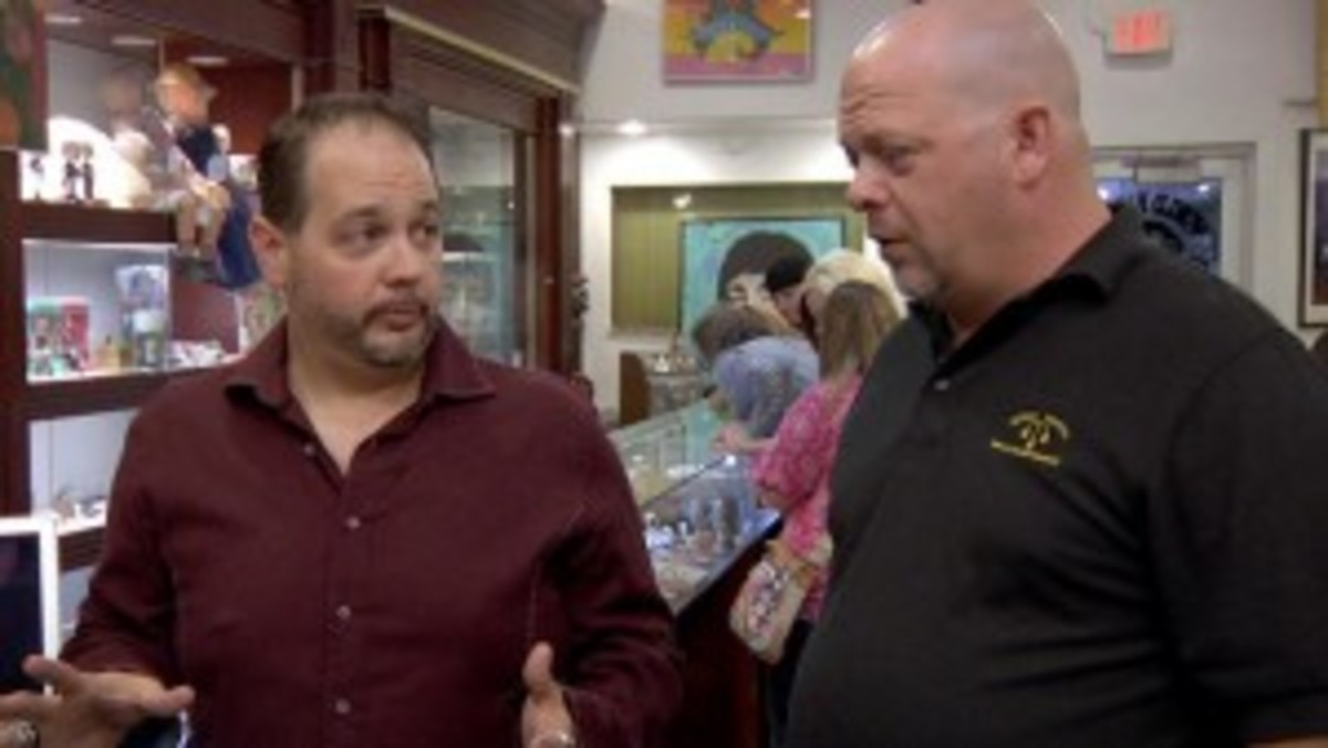 """PSA/DNA Principal Autograph Authenticator Steve Grad (seen here in discussion with Rick Harrison at a videotaping of """"Pawn Stars"""") will meet with collectors and accept submissions at the June 2014 Long Beach Expo."""