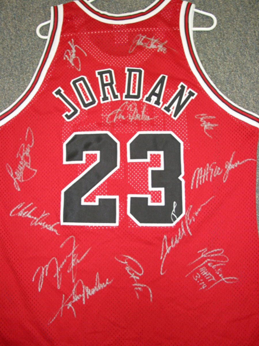 A Michael Jordan jersey with the forgeries of Jordan and his teammates on the Bulls.