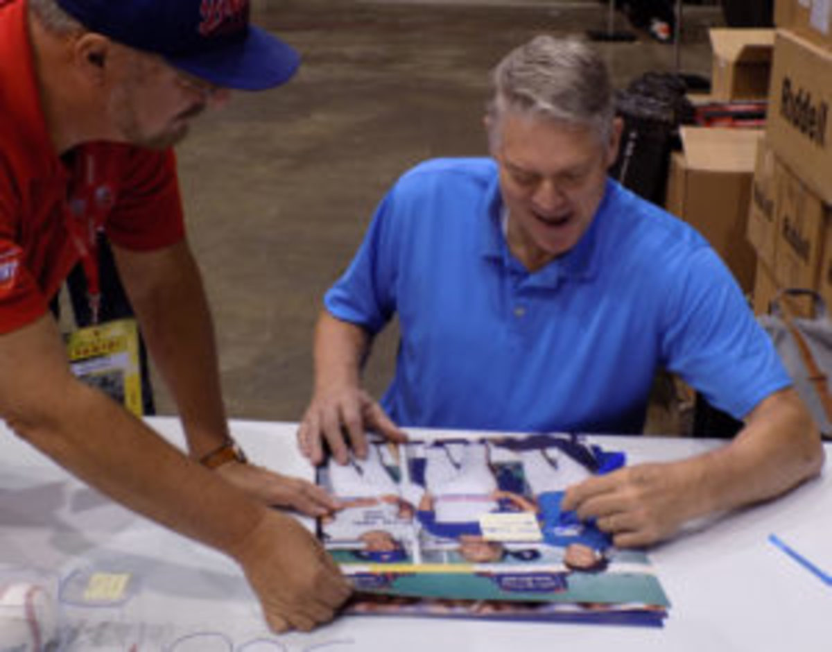 Dale Murphy signs an autograph for an Atlanta Braves fan. (Barry Blair photo)