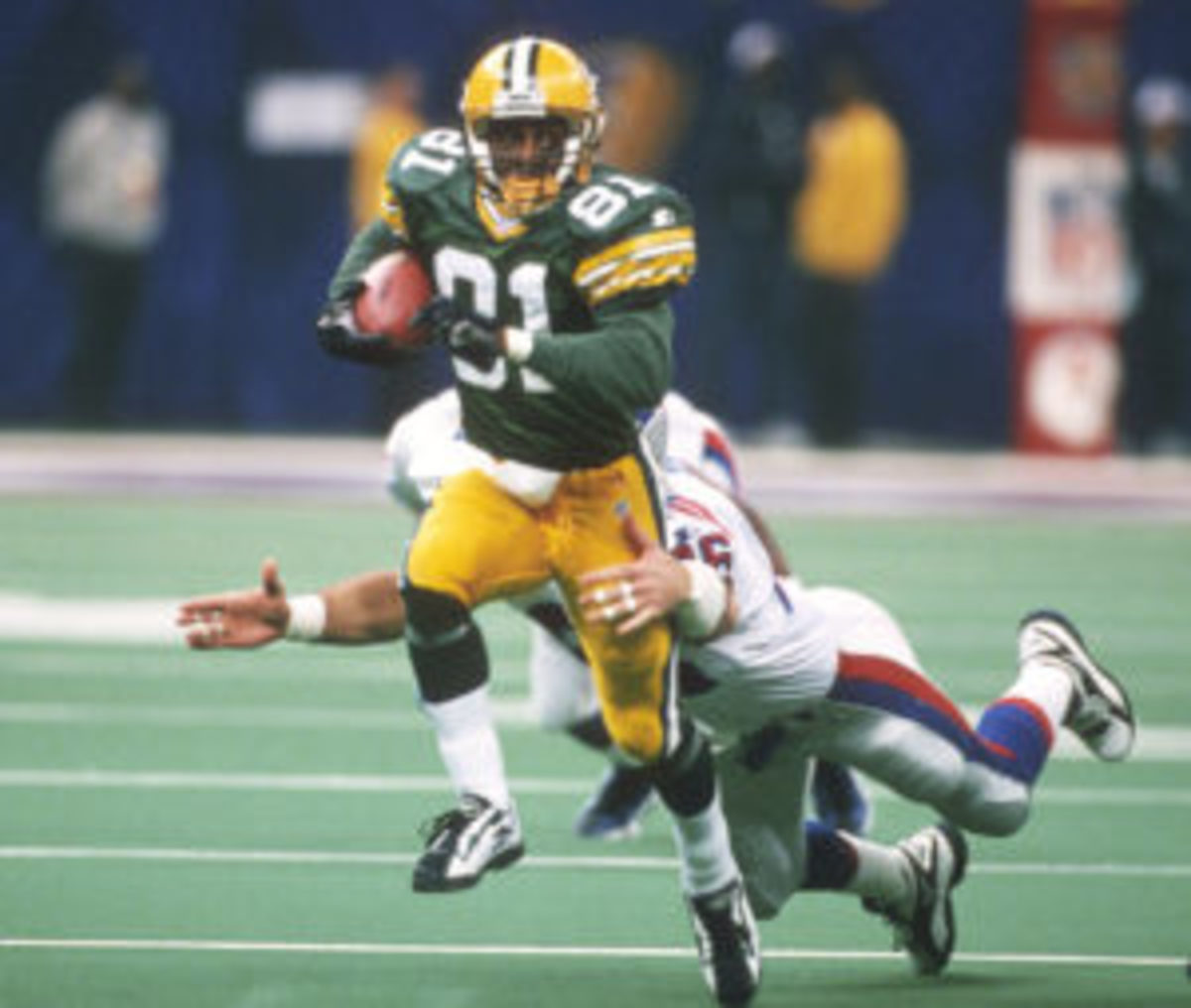 Desmond Howard #81 of the Green Bay Packers returns a kickoff against the New England Patriots during Super Bowl XXXI January 26, 1997 at the Louisiana Superdome in New Orleans, Louisiana. The Packers won the game 35-21. (Photo by Focus on Sport/Getty Images)