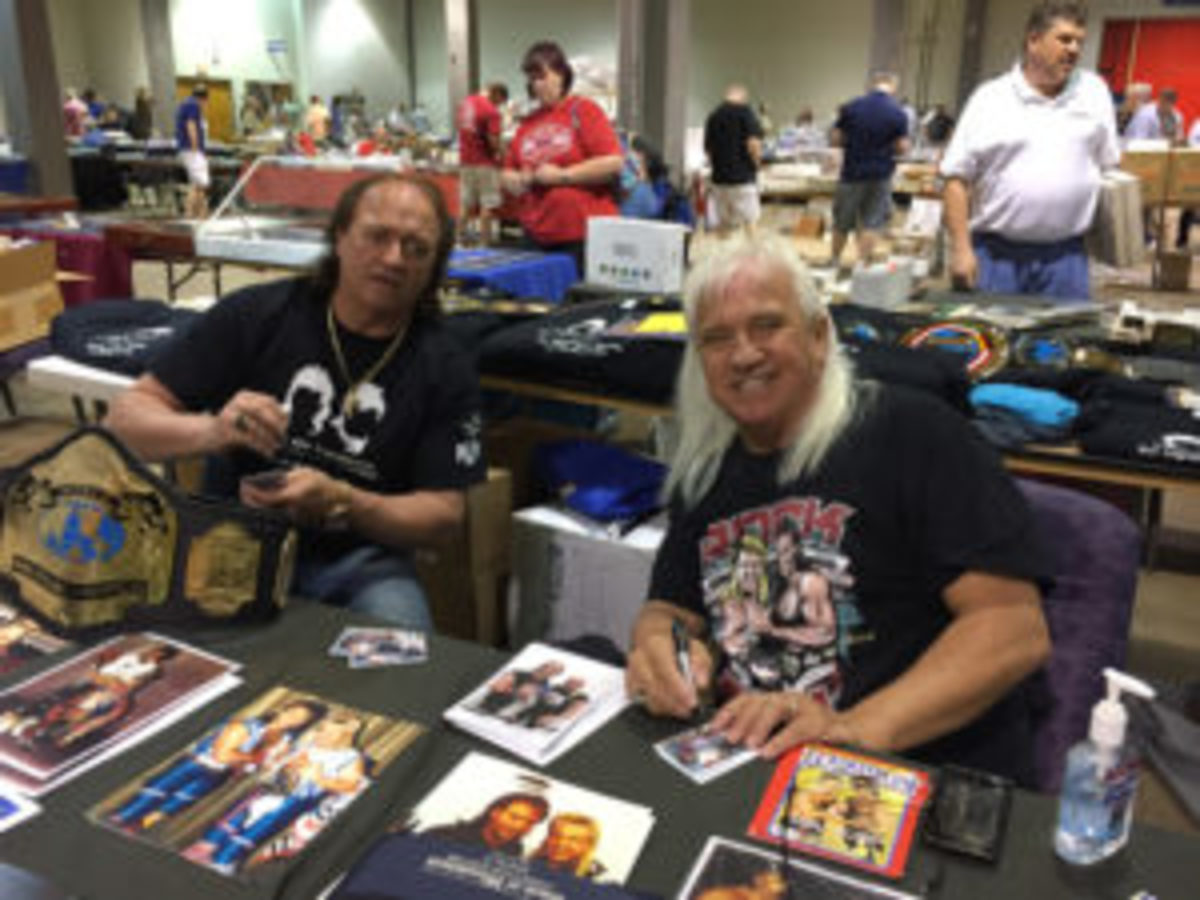 "WWE Hall of Famers ""Rock and Roll Express"" sign autographs at an Inside Pitch Promotions show."