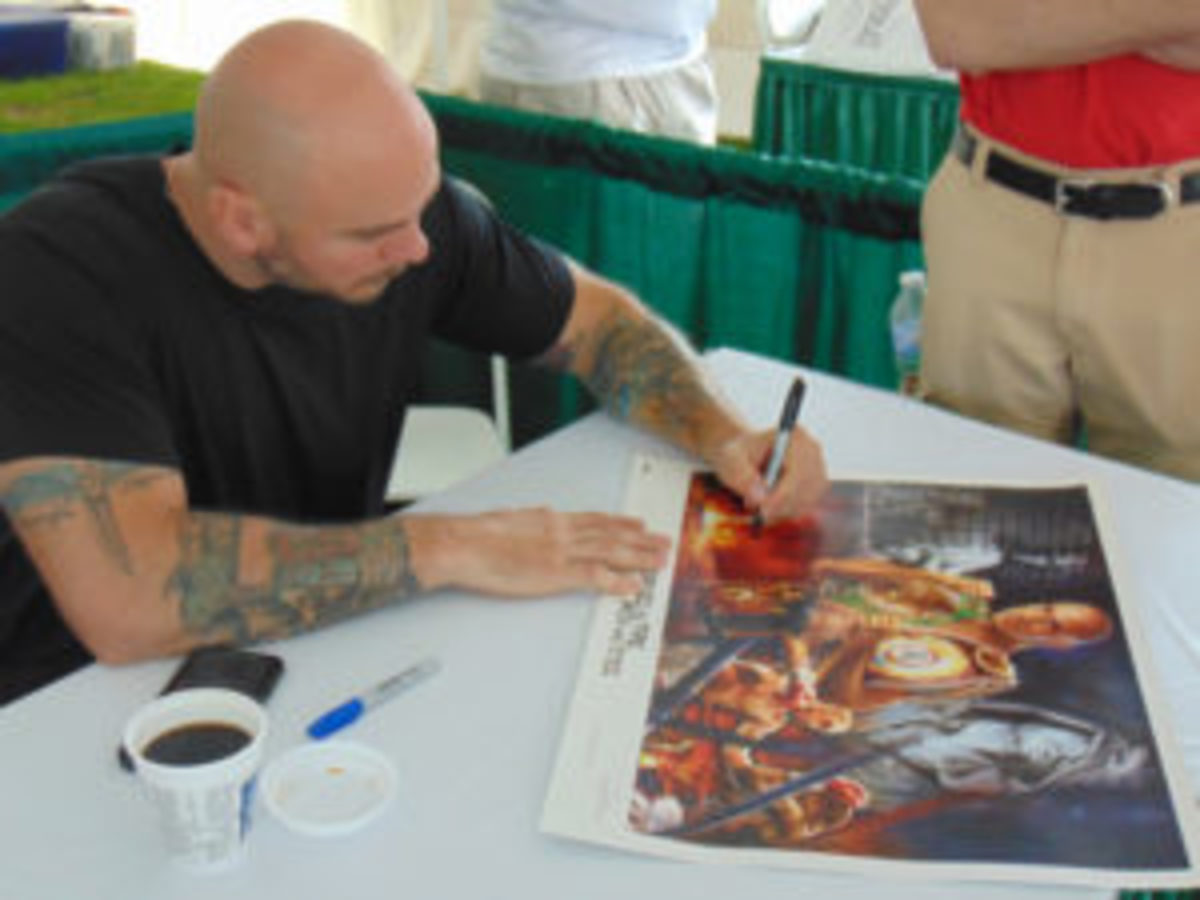 Former middleweight champion Kelly Pavlik signs for a fan at the Hall of Fame Golf Event. (Robert Kunz photo)