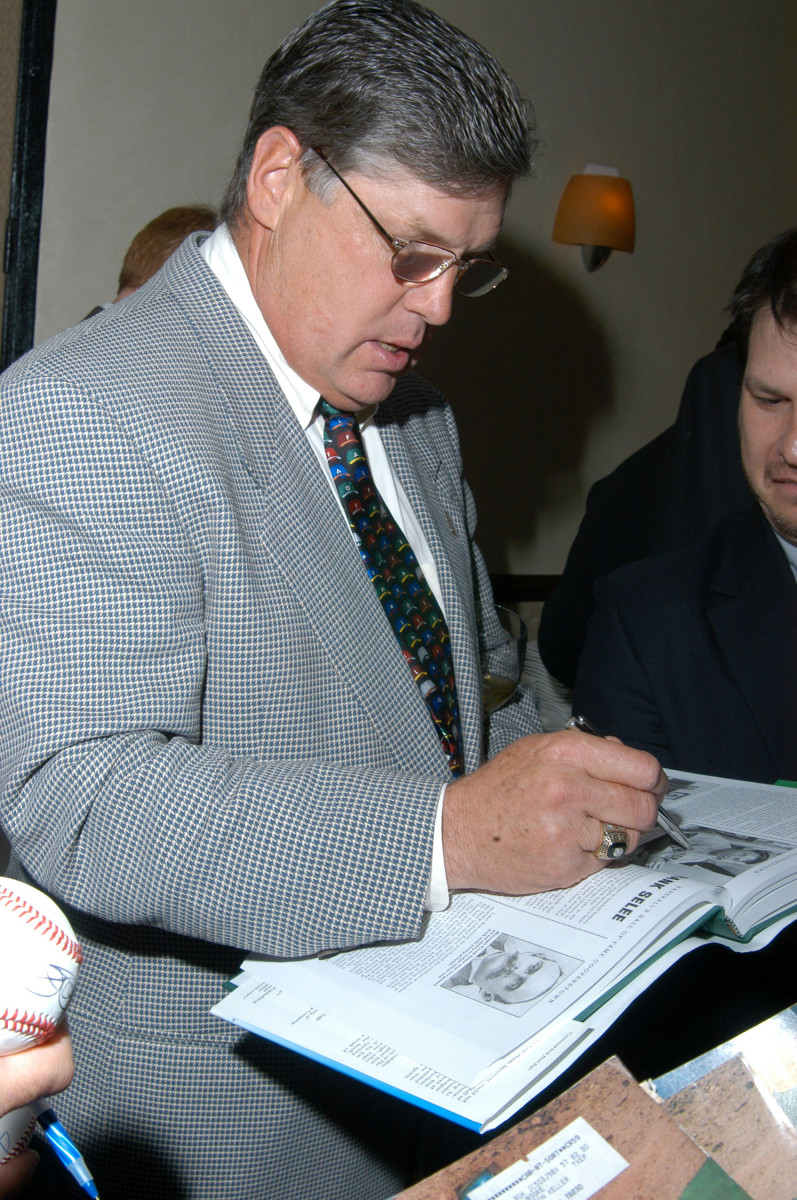 Tom Seaver signing autographs at the Major League Baseball Association 2003 Legends Dinner. Photo: E. Dougherty/WireImage/Getty Images