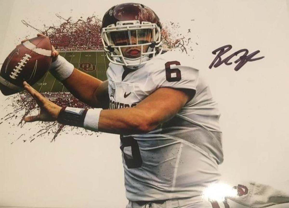 BAKER MAYFIELD AUTOGRAPHED 8X10 COLOR PHOTO SOONERS POSE. ROOKIE AUTOGRAPH FROM LES WOLFF SPORTS