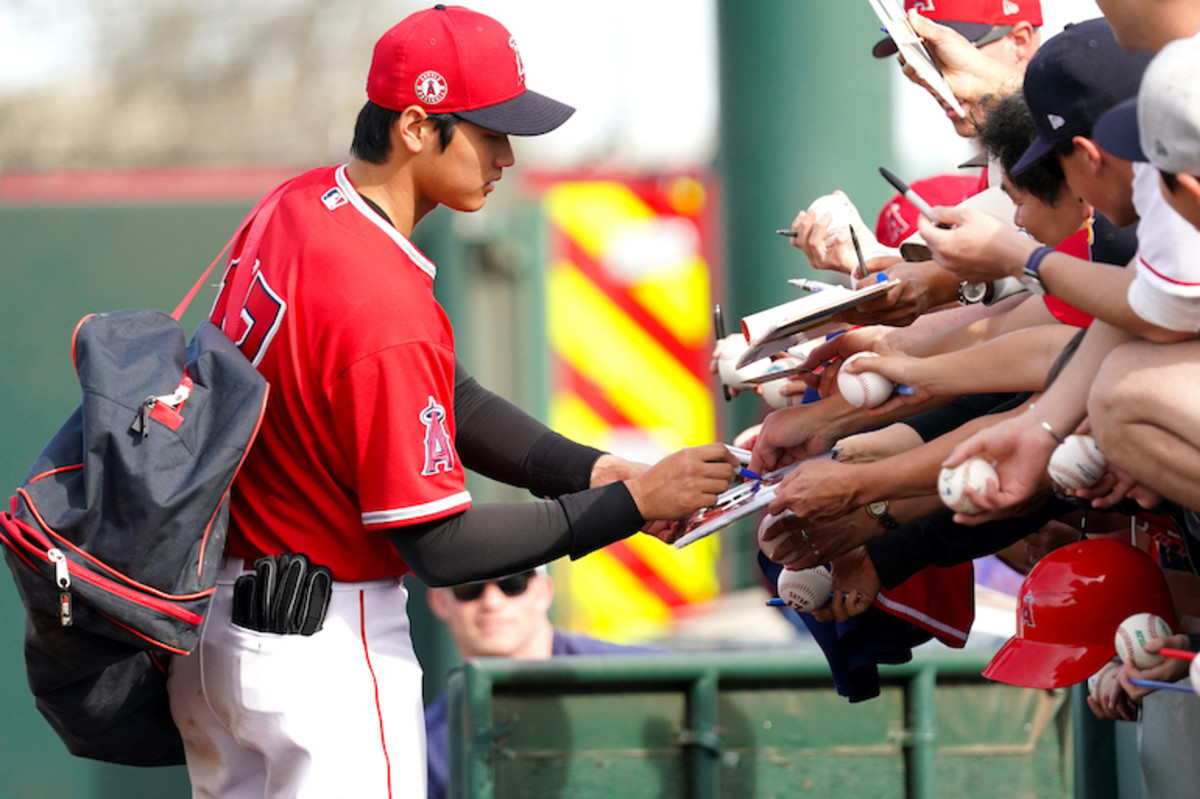 Los Angeles Angels star Shohei Ohtani gives autographs at a spring training game before the coronavirus put a halt to close contact with fans. Photo: Masterpress/Getty Images