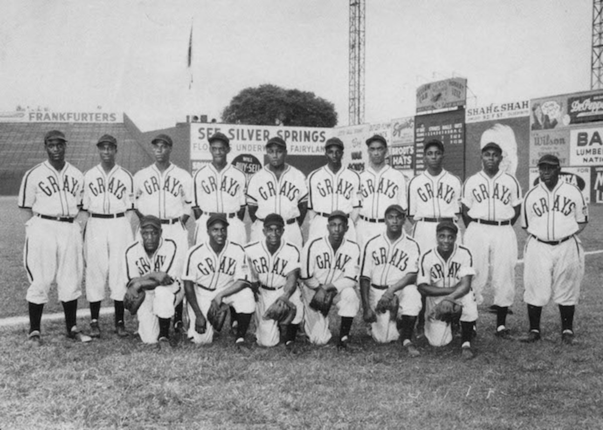 The Homestead Grays in 1943. In the back row, Cool Papa Bell is second from left, and Buck Leonard, second from right. Ray Brown is in the front row, far right. Photo: Mark Rucker/Transcendental Graphics, Getty Images)