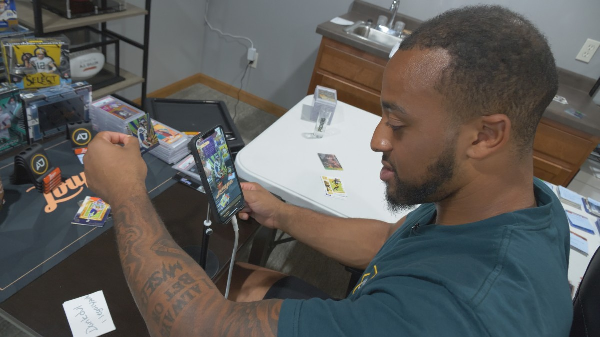 Green Bay Packers running back AJ Dillon participates in a break on the Loupe app.