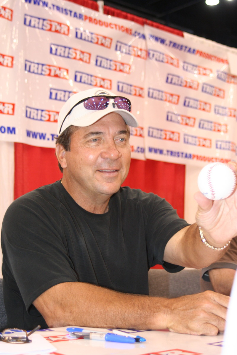 Hall of Famer Johnny Bench signs autographs at the 2019 National.