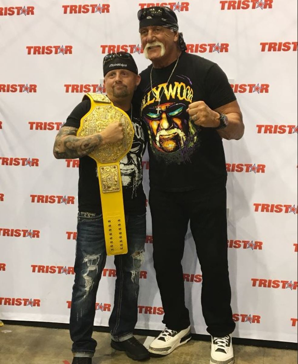 Hulk Hogan poses with a fan during the 2019 National.